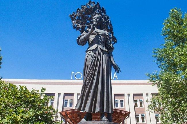 Памятник Кларе Лучко в Краснодаре