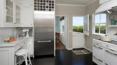 Как использовать пространство над холодильником максимально эффективно