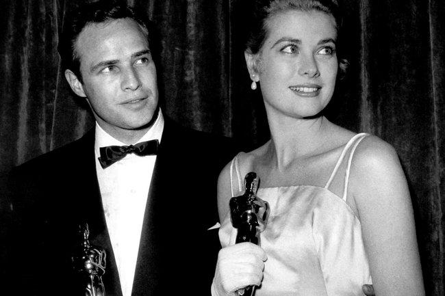 """Грейс Келли с Марлоном Брандо в ночь, когда они оба получили """"Оскар"""": он за """"Гавань"""", она за """"Деревенскую девушку"""" (1955)."""